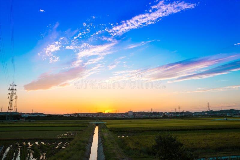 Красивый заход солнца над деревней стоковое изображение rf