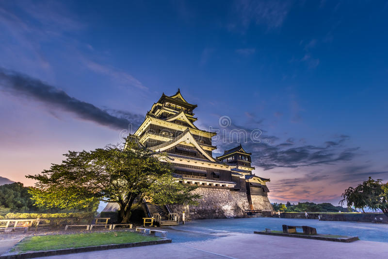 Красивый заход солнца на замке в Кюсю, Японии Kumamoto стоковое фото