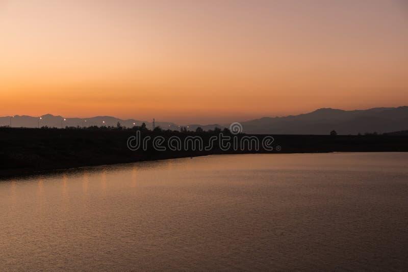 Красивый заход солнца на озере, Чиангмае стоковая фотография