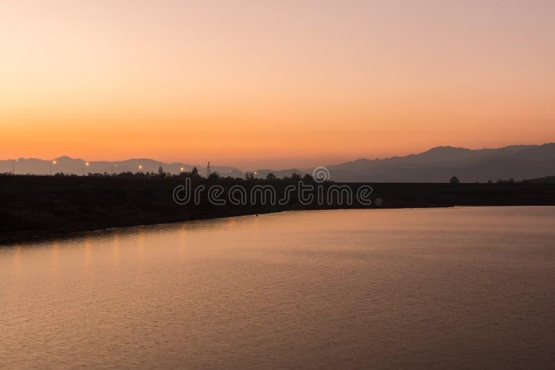 Красивый заход солнца на озере, Чиангмае стоковое изображение rf