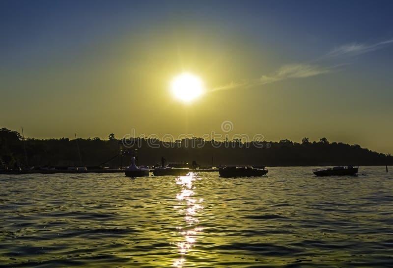 Красивый заход солнца на озере стоковое фото rf