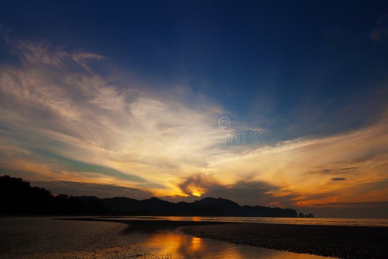 Красивый заход солнца над океаном. Таиланд, Krabi стоковые фото