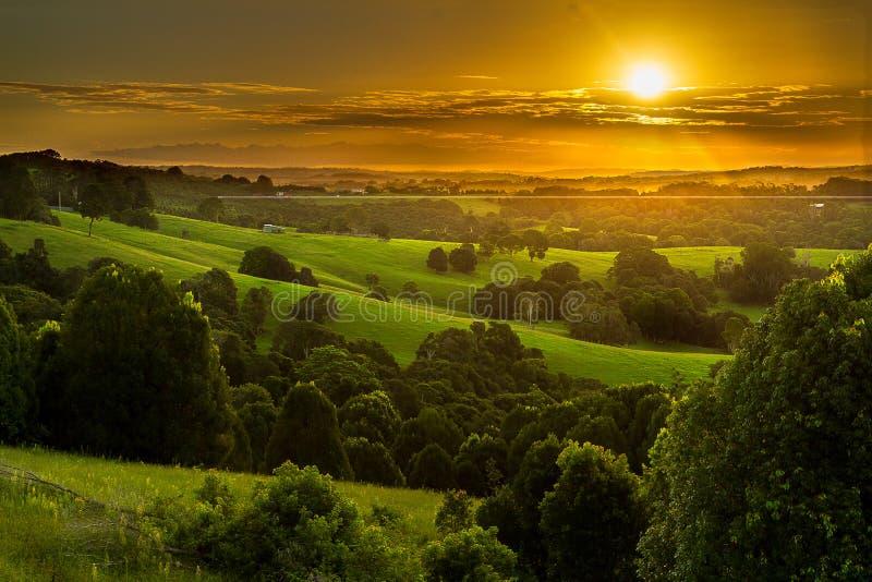 Красивый заход солнца на поле стоковая фотография