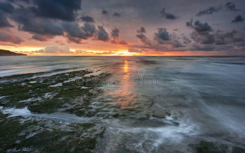 Красивый заход солнца на пляже в Португалии стоковое изображение rf