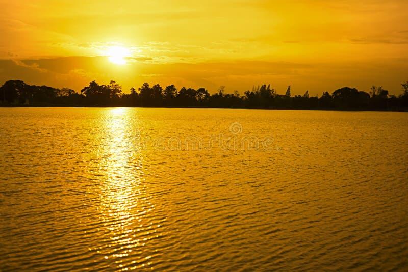 Красивый заход солнца на реке стоковое изображение