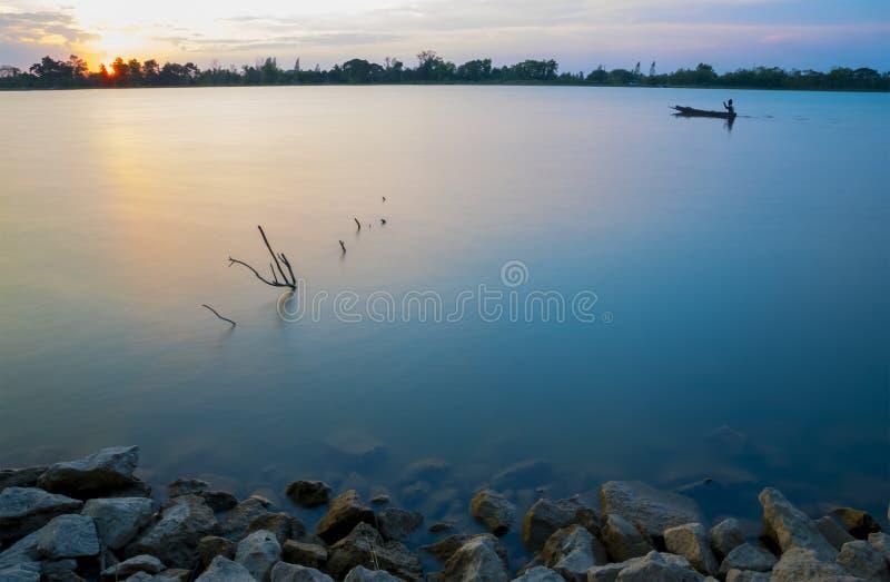 Красивый заход солнца на реке стоковые фотографии rf