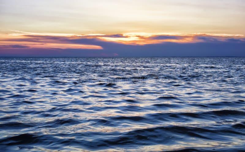 Красивый заход солнца на турбулентном море стоковая фотография rf