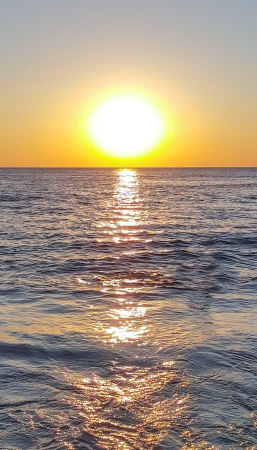 Красивый заход солнца с морем в chanthaburi стоковая фотография rf