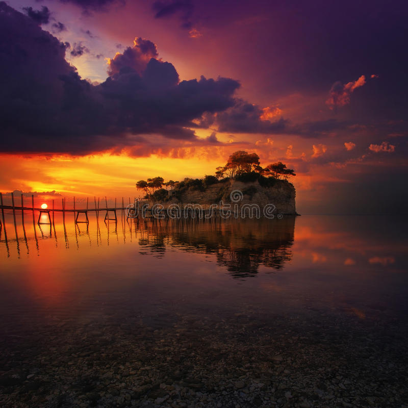 Красивый заход солнца с скалистым островом стоковая фотография rf