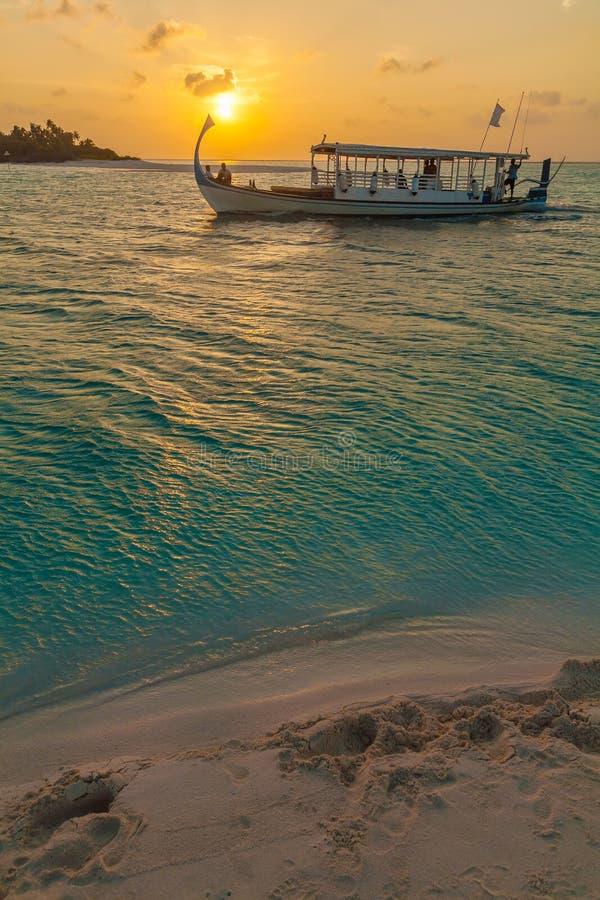 Красивый заход солнца с традиционной шлюпкой Dhoni, Мальдивами стоковые фотографии rf