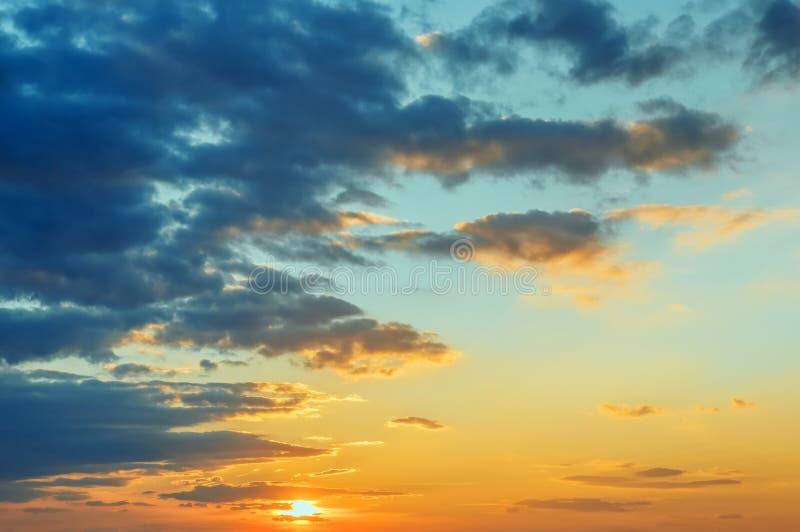 Красивый заход солнца, яркое покрашенное небо стоковое изображение