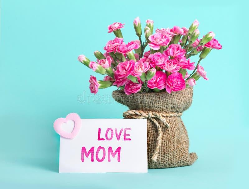 красивый зацветать розовой гвоздики цветет дальше с карточкой и l стоковые фото