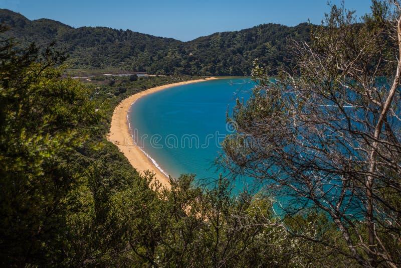 Красивый залив океана с золотым песчаным пляжем, в Abel Tasman, Новая Зеландия стоковые изображения