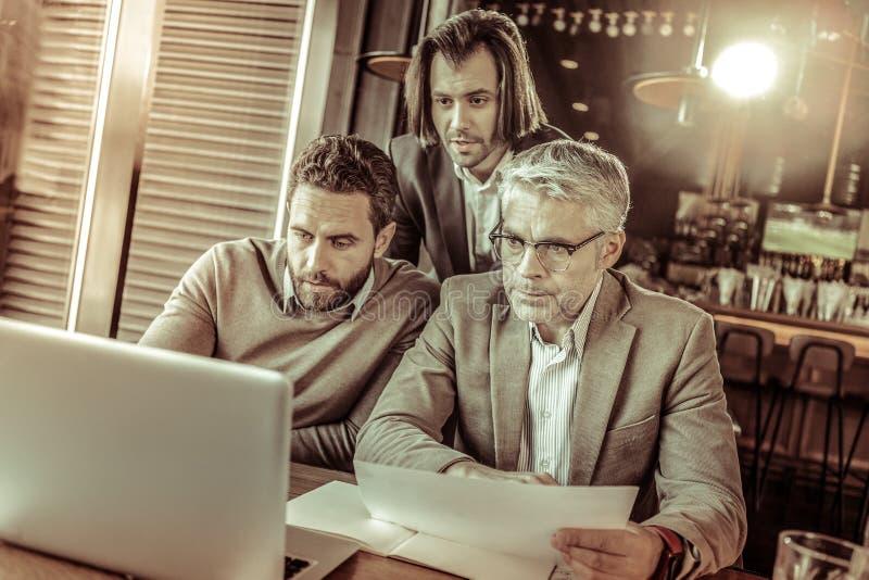 Красивый зрелый человек работая на его бизнес-плане стоковая фотография rf