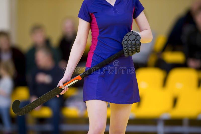 Красивый игрок хоккея на траве молодой женщины стоковое фото