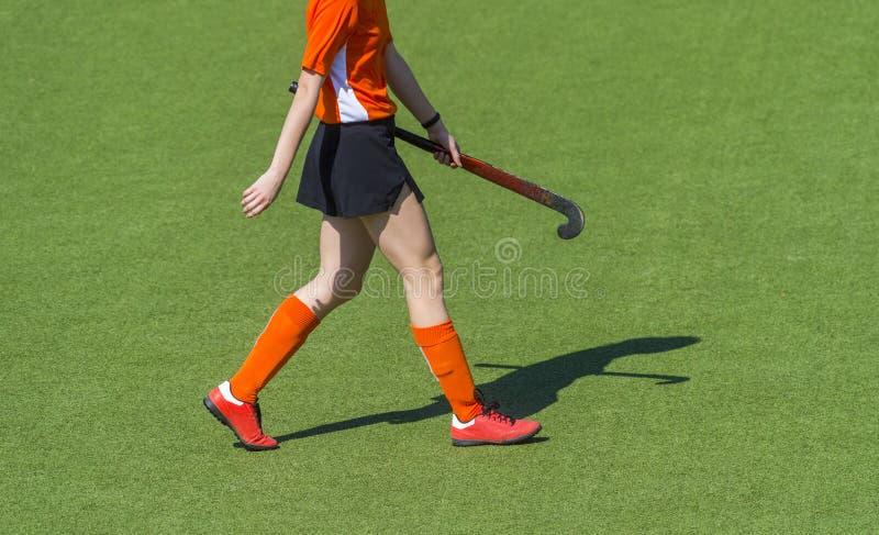 Красивый игрок хоккея на траве молодой женщины стоковое изображение