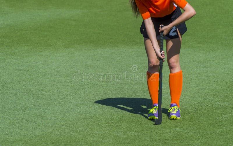 Красивый игрок хоккея на траве молодой женщины стоковые изображения rf