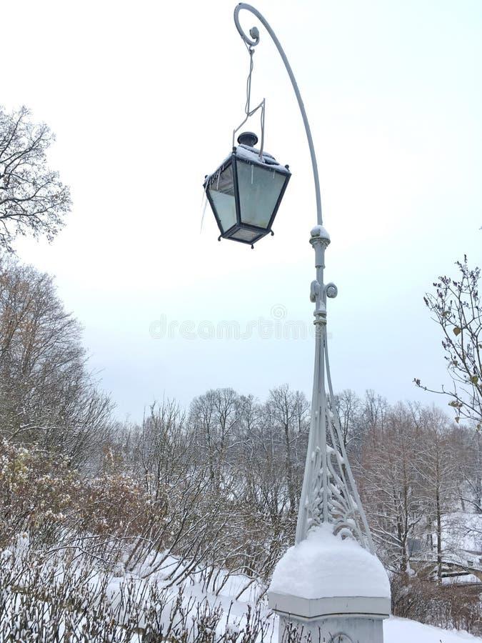 Красивый изогнутый столб лампы стоковая фотография rf
