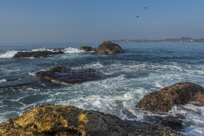 Красивый изумительный ландшафт скалистого берега на острове на океане стоковые фото