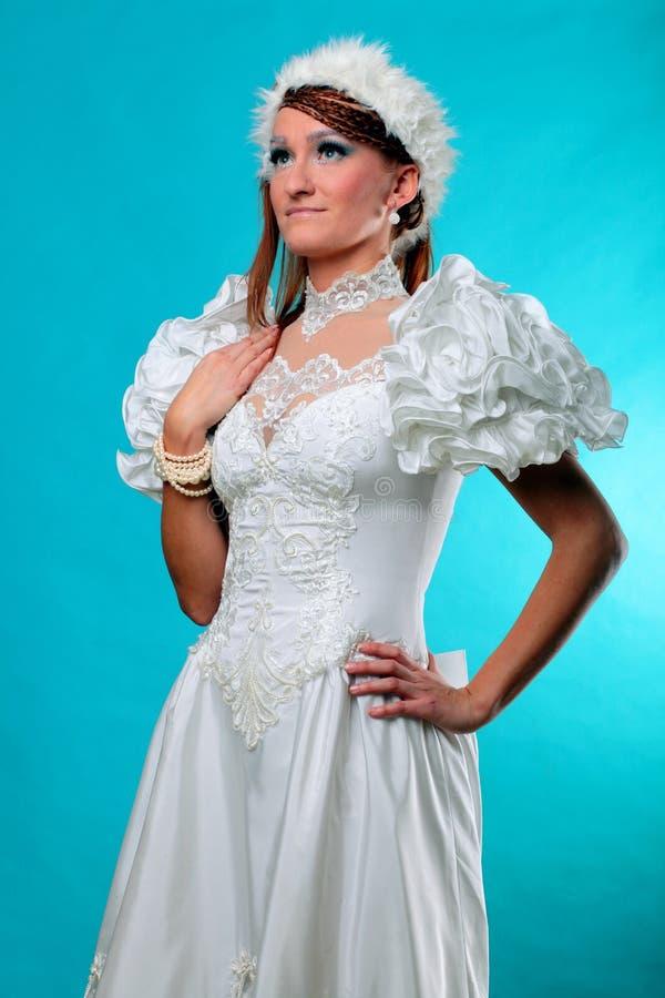 Красивый имбирь в платье ферзя снега стоковая фотография rf