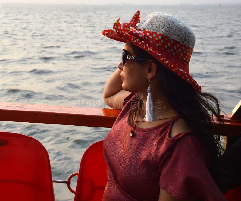 Красивый индийский портрет женщин сидя в шлюпке стоковое фото rf