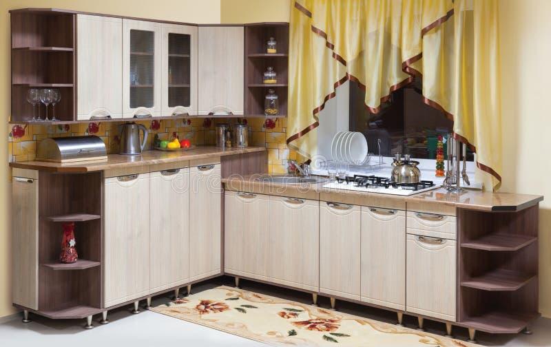 Красивый интерьер изготовленной на заказ кухни стоковое изображение