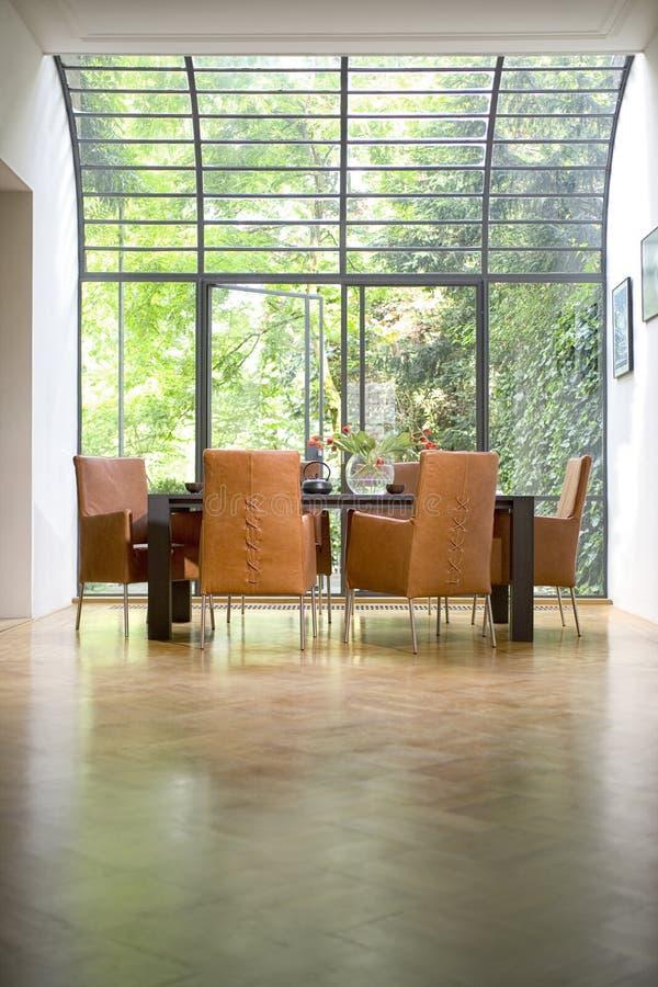 Красивый интерьер кухни в новом роскошном доме: Таблица столовой стоковые изображения