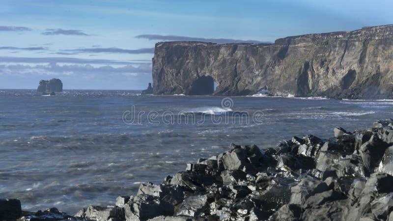 Красивый исландский берег моря с скалами и голубым ясным облачным небом стоковое изображение rf