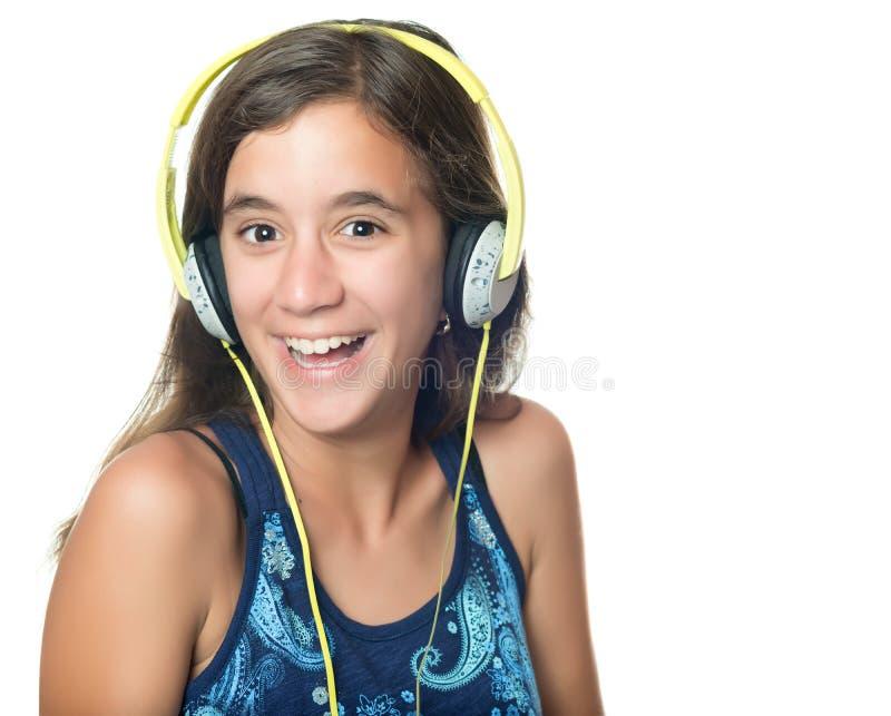 Красивый испанский подросток слушая к музыке стоковое фото