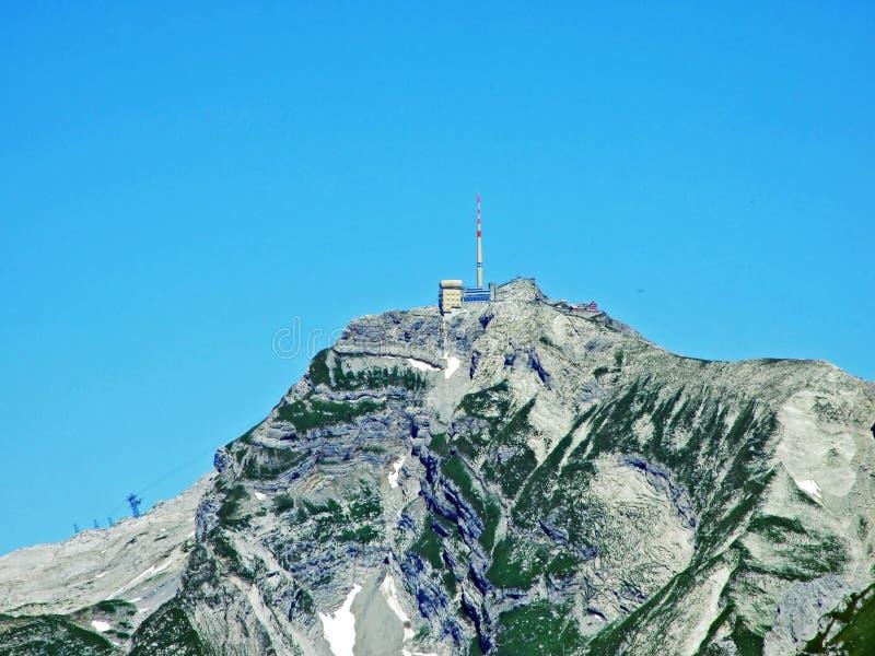 Красивый и доминантный высокогорный пик Säntis Santis или Saentis в горной цепи Alpstein стоковое фото rf
