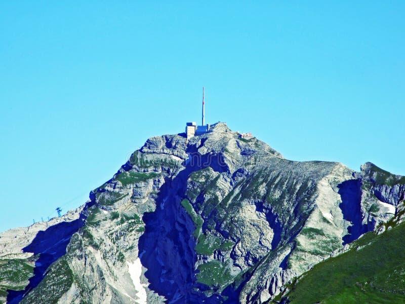 Красивый и доминантный высокогорный пик Säntis Santis или Saentis в горной цепи Alpstein стоковая фотография