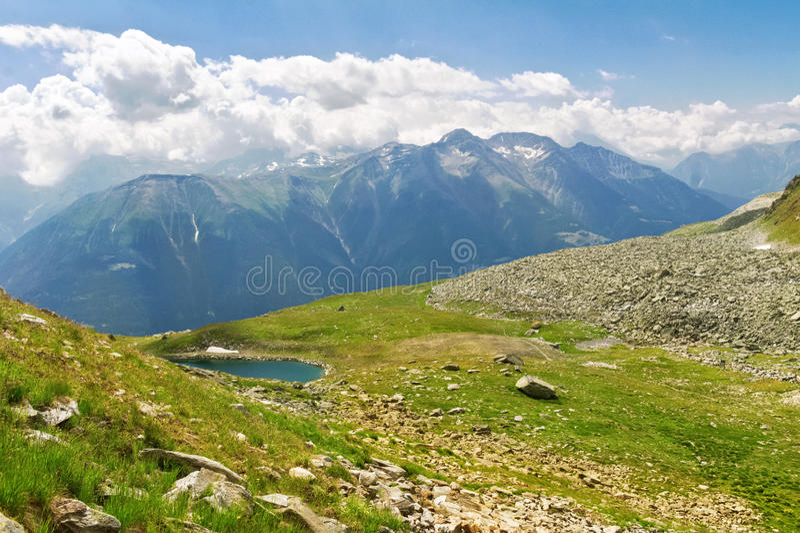 Красивый идилличный ландшафт Альпов с озером и горами в лете стоковые фото