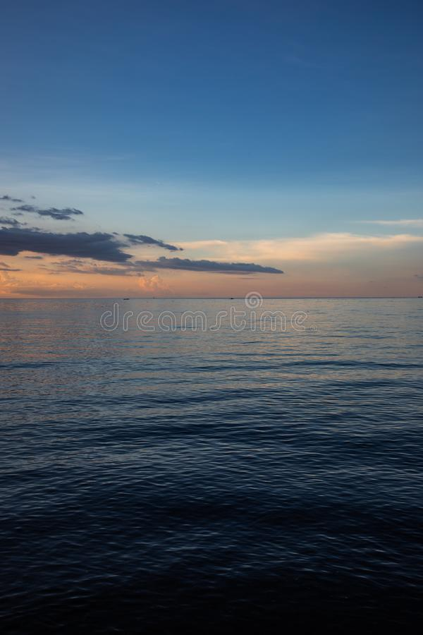 Красивый и красочный заход солнца над очень спокойствием стоковое изображение