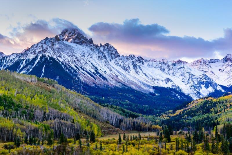 Красивый и красочный пейзаж осени скалистой горы Колорадо Mt Sneffels в горах Сан-Хуана на восходе солнца стоковые фото