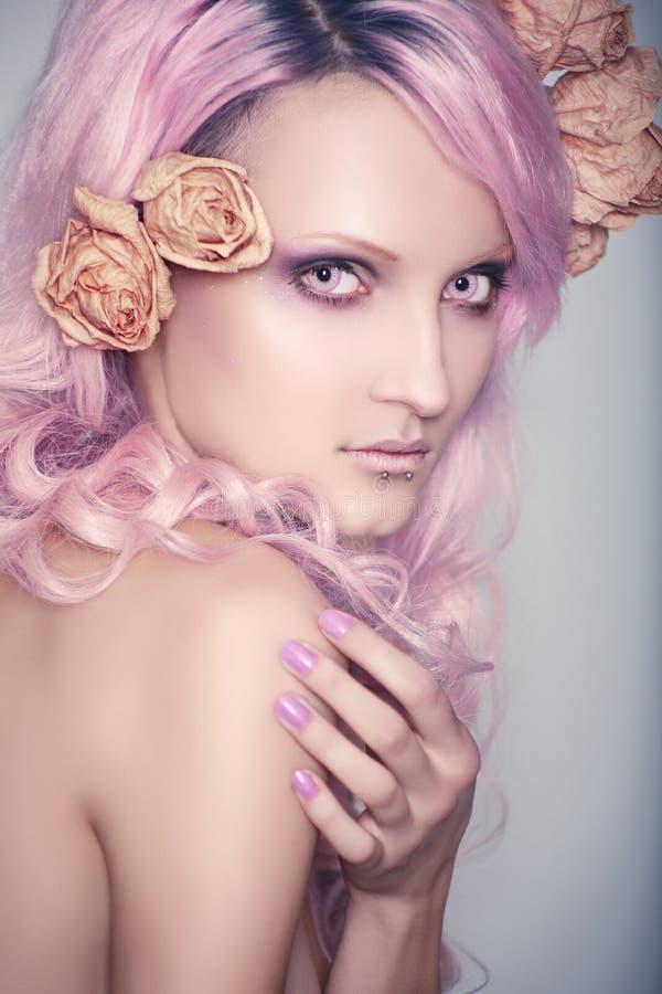 Красивый и маленькая девочка с розовыми волосами стоковое изображение rf