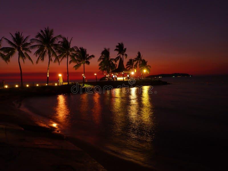 Красивый и поистине красочный заход солнца с красочным небом выше стоковое фото rf