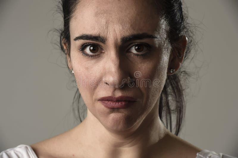 Красивый и унылый плакать женщины отчаянный и подавленный с разрывами на ее глазах страдая боль стоковая фотография