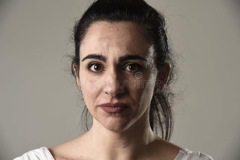 Красивый и унылый плакать женщины отчаянный и подавленный с разрывами на ее глазах страдая боль стоковое изображение