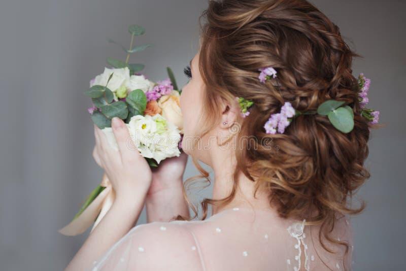 Красивый и элегантный стиль причесок свадьбы Молодая невеста с букетом цветков стоковое фото rf