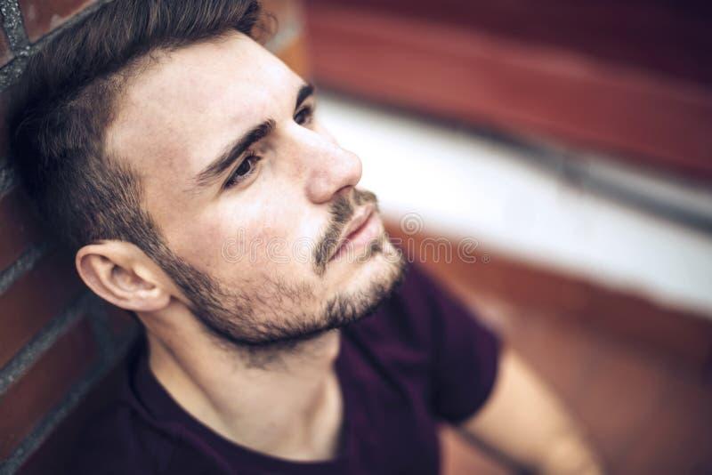 Красивый кавказский молодой человек в вскользь одеждах в городском environm стоковая фотография