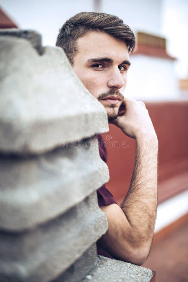 Красивый кавказский молодой человек в вскользь одеждах в городском environm стоковое изображение