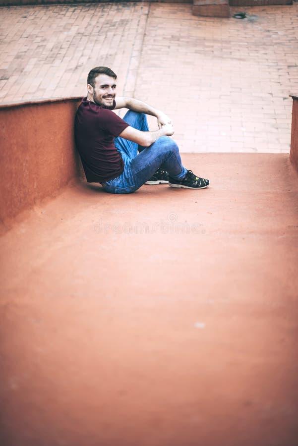 Красивый кавказский молодой человек в вскользь одеждах в городском environm стоковая фотография rf