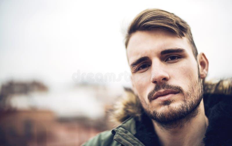 Красивый кавказский молодой человек в вскользь одеждах в городском environm стоковое изображение rf