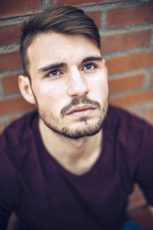 Красивый кавказский молодой человек в вскользь одеждах в городском environm стоковое фото rf