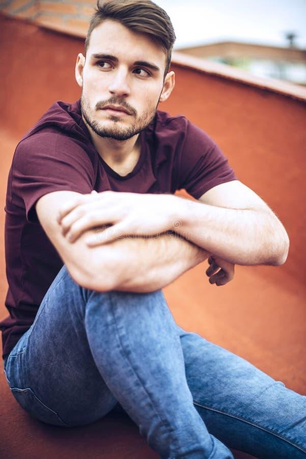 Красивый кавказский молодой человек в вскользь одеждах в городском environm стоковые фото