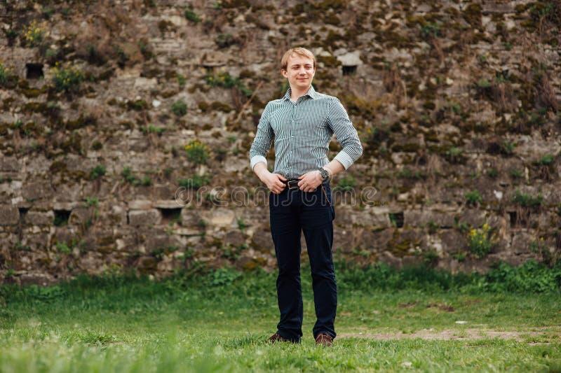 Красивый кавказский молодой человек в вскользь одеждах стоковые фото