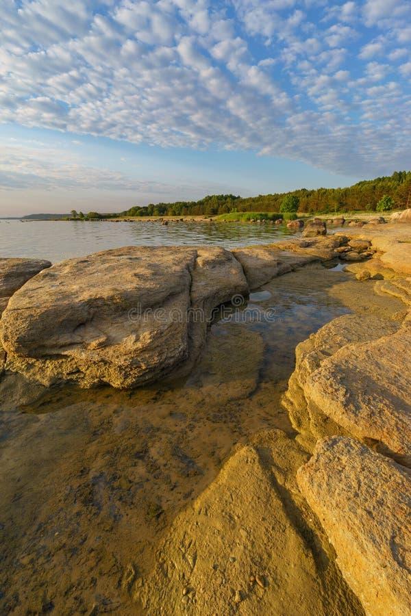 Красивый каменистый берег моря в солнечном свете утра стоковые изображения rf