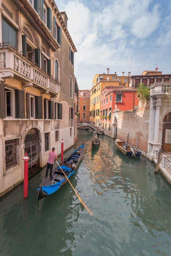 Красивый канал в Венеции и gondolier стоковые изображения
