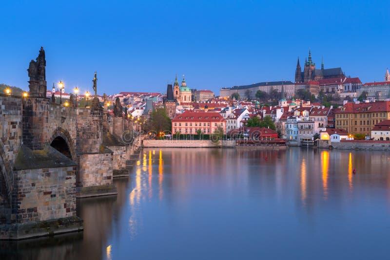 Красивый Карлов мост и замок в Праге вечером, чехия стоковое фото