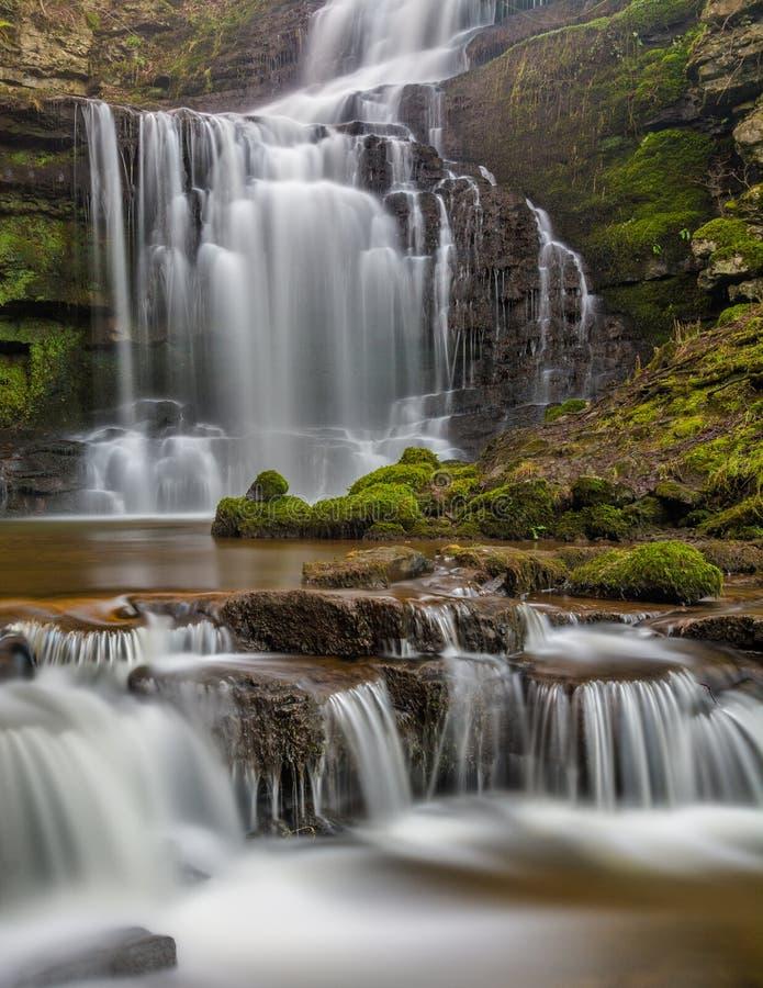 Красивый каскадируя водопад в участках земли Йоркшира, Англия стоковые фотографии rf